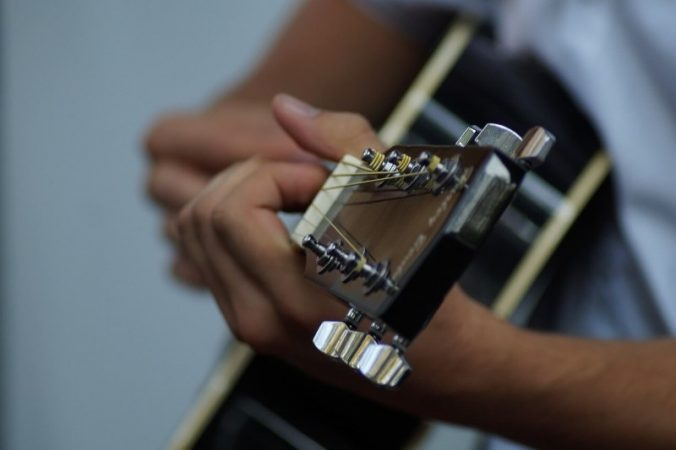Treinando violão