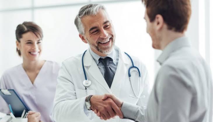 medico vacinando